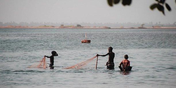 Au Sénégal, le Projet de relèvement d'urgence et de résilience de Saint-Louis financé par la Banque mondiale devrait permettre de réduire la vulnérabilité des populations à l'érosion côtière le long de la Langue de Barbarie.