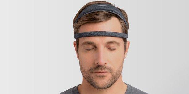 Depuis un an, Dreem (anciennement Rythm) commercialise un bandeau connecté qui, grâce à ses capteurs, mesure l'activité cérébrale et utilise des programmes sonores pour faciliter l'endormissement et améliorer la qualité du sommeil profond.