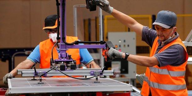 Des employés de Véolia dans une usine de recyclage de panneaux photovoltaïques dans la commune de Rousset le 25 juin dernier.