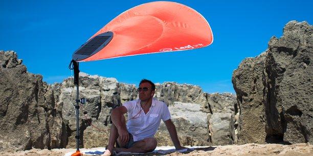 Le parasol Leaf for Life est doté d'un panneau solaire équipé de 2 ports USB, qui permettent de recharger complètement un smartphone en moins de 2 heures.