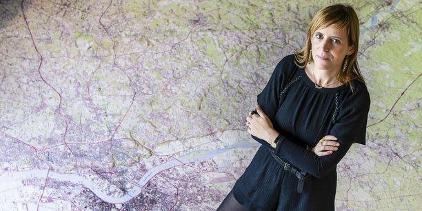 Cécile Rasselet, géographe et directrice du service socio-économie urbaine de l'Aurba, les pieds plantés sur le territoire de Bordeaux Métropole.