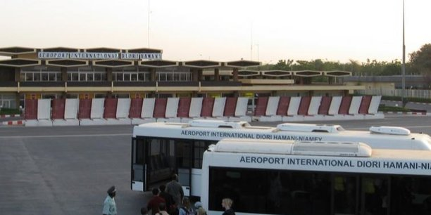 Des voyageurs à l'aéroport international Diori Hamani au Niger. L'ouvrage va être rénové en prélude du sommet de l'UA de juillet 2019, qui se déroulera au Niger.