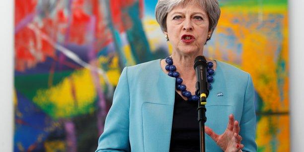 Theresa May a convaincu les défenseurs d'un Brexit dur au sein de son gouvernement de la soutenir sur son projet de zone de libre-échange pour les biens dans l'UE.