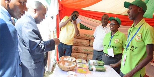 Joseph Butore, 2ème vice-président burundais en charge de la coordination des ministères relevant du secteur socio-économique (2e plan à gauche), ce jeudi 5 juillet lors de l'inauguration de l'édition 2018 de la Foire « Made in Burundi » à Bujumbura.