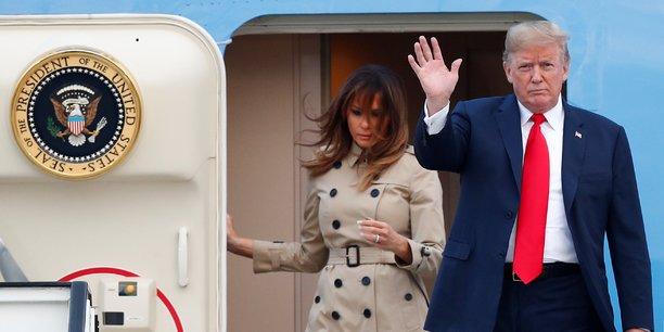 Donald Trump, accompagné de son épouse Mélania, à son arrivée hier soir à Bruxelles à bord de son avion présidentiel Air FOrce One.