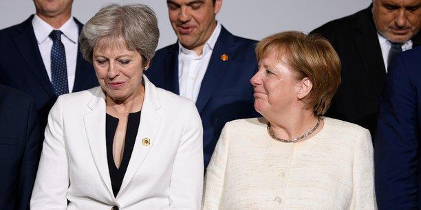 S'exprimant hier aux côtés de la chancelière Angela Merkel au sortir d'une réunion sur les Balkans occidentaux, Theresa May a promis de faire un Brexit en douceur et ordonné. Elle a rejeté l'idée qu'elle ait cédé aux pressions de Bruxelles.