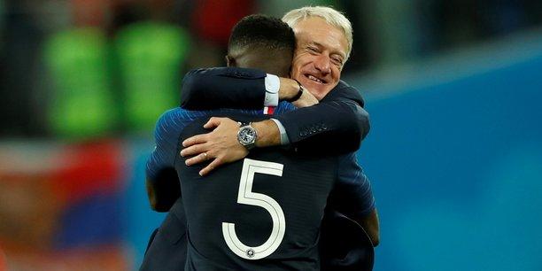 Le but marqué par Umtiti (ici embrassé par Didier Deschamps) contre la Belgique donne à la France son ticket pour la finale de la Coupe du monde de football 2018, vingt ans après la dernière victoire des Bleus.
