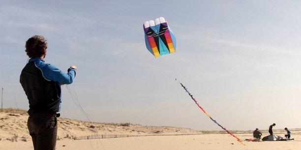 L'éolienne conçue par Kitewinder est constituée d'une station sol et d'une voile à laquelle est greffée une éolienne à trois pâles.