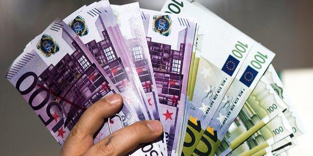 Si les billets de 500 euros ne représentent que 2,1% des faux, ils sont réputés très utilisés dans le blanchiment d'argent, le financement du terrorisme et plus généralement du crime organisé. La BCE cessera bientôt d'émettre la plus grosse coupure euro.