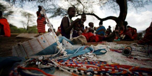 Des femmes masaïs fabriquant des ornements traditionnels dans le village de Pakase qu'elles revendent dans une échoppe de Shompole, un luxueux Lodge d'écotourisme situé à 180 km au sud de Nairobi, près de la frontière avec la Tanzanie. Au début des années 2000, Shompole a repeuplé avec succès la faune de la région tout en apportant plus d'un demi-million de dollars à la communauté locale.