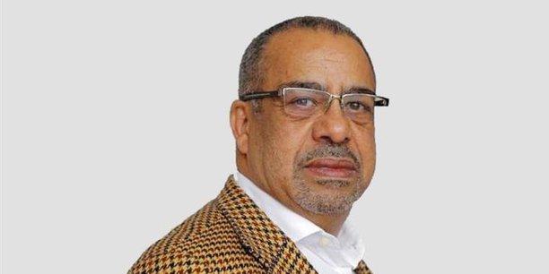 Carlos Rosado de Carvalho est un économiste angolais, professeur à l'Université catholique d'Angola et directeur de l'hebdomadaire économique Expansao.