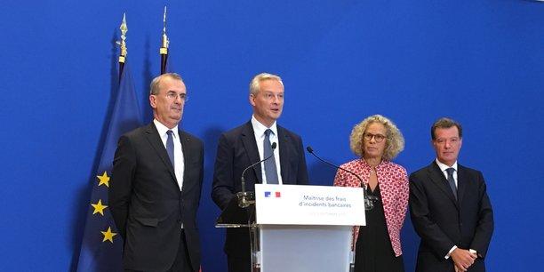 Le ministre Bruno Le Maire entouré de François Villeroy de Galhau (Banque de France), Corinne Dromer (Comité consultatif du secteur financier) et Laurent Mignon (BPCE et président de la FBF), ce lundi soir à Bercy.