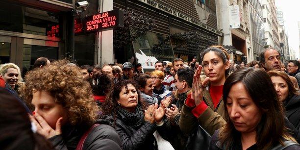Cette crise ranime les souvenirs douloureux de celle des années 2001-2002 qui avait plongé plusieurs millions d'Argentins dans la pauvreté.