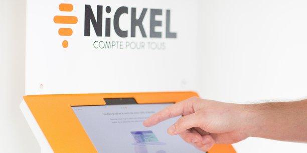 Nickel, détenu par BNP Paribas, fait partie des trois acteurs ayant réussi à s'imposer sur le marché français, aux côtés de l'allemand N26 et du britannique Revolut. L'offre, distribuée chez les buralistes partenaires, a séduit 1,2 million de clients.