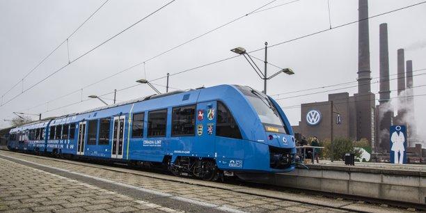 Le Pdg d'Alstom, Henri Poupart-Lafarge, s'est félicité d'une innovation née d'un travail d'équipe franco-allemand, l'illustration d'une fructueuse collaboration transfrontalière, alors que son groupe doit bientôt être absorbé par l'allemand Siemens.