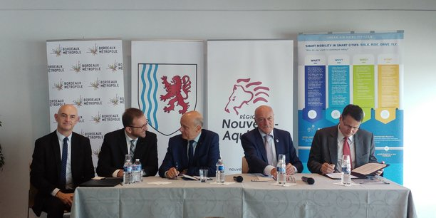 De gauche à droite : Gervais Gaudière, directeur régional de l'aviation civile, Vassilis Agouridas, chef de projet EIP-SCC, Alain Juppé, président de Bordeaux Métropole, Alain Rousset, président de la Région Nouvelle-Aquitaine, et Philippe Merlo, directeur de l'aviation civile européenne chez Eurocontrol.