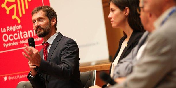 Guillaume Cross, aux côtés de Mireia Borrell, directrice générale des relations extérieures de la Generalitat de Catalogne, lors d'une table-ronde.