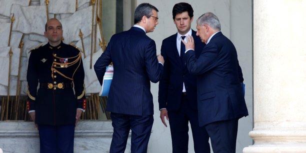 Le ministre de la Cohésion des territoires Jacques Mézard et son secrétaire d'État Julien Denormandie (à gauche) en discussion avec le secrétaire général de l'Élysée Alexis Kohler (à droite).
