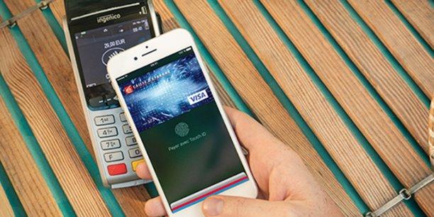 Apple Pay est disponible notamment chez Banque Populaire et Caisse d'Epargne, Société Générale et Boursorama, CM Arkéa, Orange Bank, mais pas encore chez BNP Paribas et Crédit Agricole.