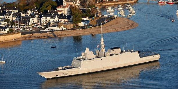 Avec 20.066 emplois et 32 établissements, les activités de Défense nationale rassemblent 30% des emplois maritimes, un poids qui s'explique notamment par la présence de la Marine nationale à Brest et à Lorient, et par la position stratégique de la pointe Finistère et de la pointe bretonne dans le dispositif de défense nationale.