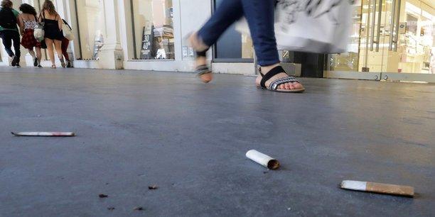 Image de la catégorie Une tombe de cigarette.