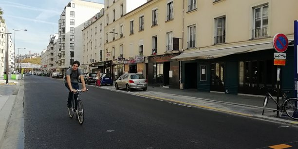 Un cycliste rue Frémicourt à Paris sur la chaussée rénovée.
