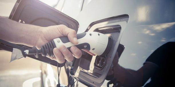 La voiture électrique reste cher, mais les constructeurs et les loueurs longue durée ont trouvé la solution...