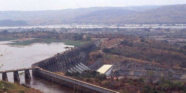 Vue du barrage d'Inga I. A l'avant plan, le canal d'alimentation d'Inga II.