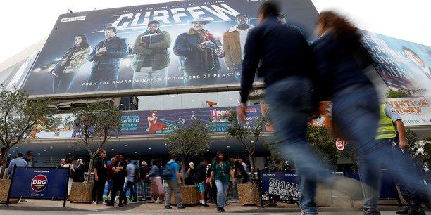 Avec ses 137 millions d'abonnés, la plateforme de VOD par abonnement Netflix, affole les dirigeants de l'audiovisuel traditionnel, car elle rebat les cartes dans chaque marché TV national, autant qu'elle attire les producteurs du monde entier. Ici, au Mipcom de Cannes.