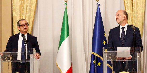 Pierre Moscovici s'est rendu en personne à Rome jeudi 18 octobre pour remettre en main propre au ministre italien des Finances Giovanni Tria (à gauche, sur cette photo de leur conférence de presse commune) une lettre de la Commission européenne qui exige officiellement des clarifications sur le projet de budget 2019 de l'Italie, projet qui enfreint de manière particulièrement grave les règles européennes en matière budgétaire.