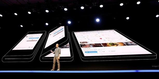 Samsung a présenté son premier écran pliable, qui permet de transformer le smartphone en tablette. Mais si les développeurs n'imaginent pas pour leurs applis de nouvelles fonctionnalités pour apporter au consommateur un réel bénéfice d'usage, l'écran pliable sera un gadget parmi d'autres. (Photo : présentation hier 7 novembre par Samsung de son nouveau concept à la conférence des développeurs à San Francisco.)