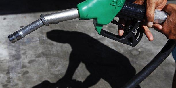 La filiere carburants s'engage a repercuter la baisse des cours[reuters.com]