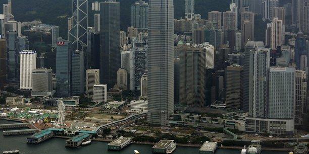 L'indice de liberté économique mondial (Economic Freedom of the World) de l'Institut Fraser a généralement reconnu le premier rang dans le monde à Hong Kong, minuscule pays dénué de ressources naturelles. Cette liberté économique a payé de forts dividendes : alors que le PIB par habitant de Hong Kong équivalait à 58 % du niveau français en 1950, il atteignait 130 % en 1997.