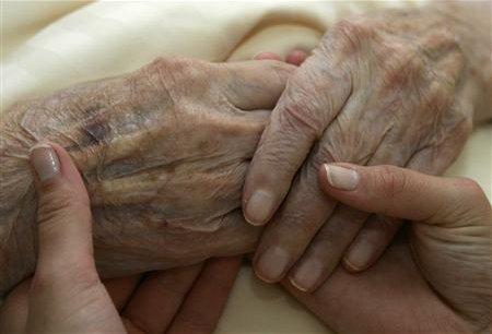Selon les projections de l'INSEE, le nombre de personnes âgées de 75 ans ou plus passera de 5,2 millions en 2007 à 11,9 millions en 2060 ; celui des 85 ans et plus de 1,3 à 5,4 millions.Copyright Reuters