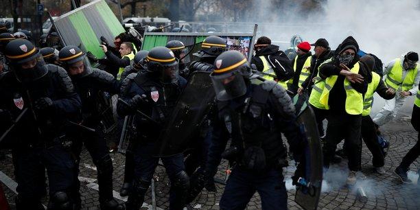 Echauffourées entre CRS et manifestants Gilets jaunes sur les Champs-Elysées.