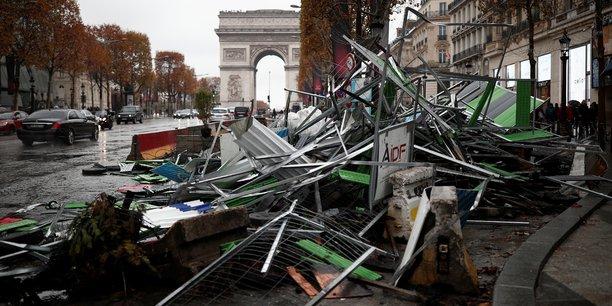 De nombreux magasins de l'avenue des Champs-Elysées, à Paris, ont été pris pour cible ou contraints de fermer en raison de la manifestation organisée par les gilets jaunes.