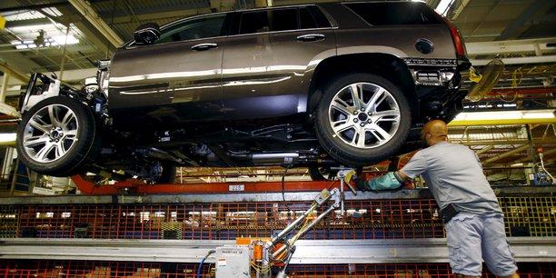 Ouvrier travaillant sur la ligne d'assemblage des SUV à l'usine General Motors d'Arlington, au Texas (Etats-Unis), en juin 2015.