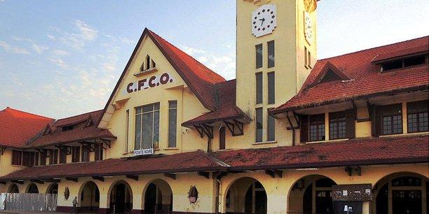 Le Chemin de fer Congo-Océan(CFCO) est un établissement public de laRépublique du Congoqui exploite un réseau de chemin de fer de 885km. Ici, la gare ferroviaire de Pointe-Noire.