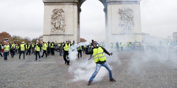 Sur les Champs-Elysées, les gilets jaunes affrontent les forces de l'ordre.