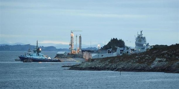 En dépit des efforts des autorités norvégiennes pour maintenir à flot la frégate KNM Helge Ingstad d'environ 5.000 tonnes, elle s'est toutefois enfoncée dans les flots et est quasi totalement immergée.