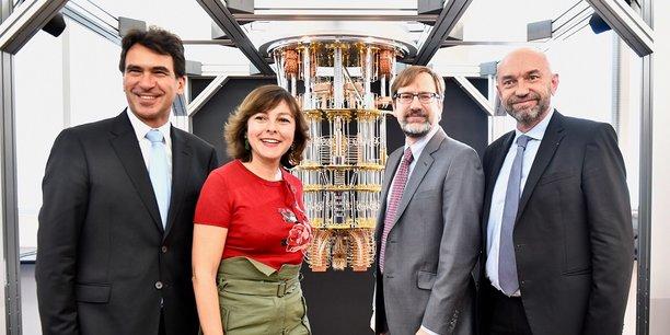 C. Delga (présidente de Région), entourée de N. Sekkaki (président d'IBM France), P. Augé (président de l'Université de Montpellier) et d'un responsable d'IBM, autour d'une réplique de l'ordinateur quantique créé par IBM