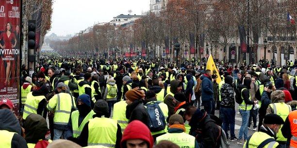 Un rassemblement de Gilets jaunes' réunis sur l'avenue des Champs-Elysées à Paris.