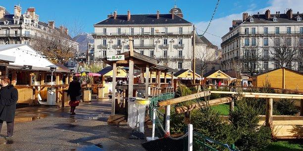 Les allées du marché de Noël de la Place Victor Hugo étaient encore particulièrement calmes, ce jeudi 20 décembre. Les exposants espèrent que le décalage des dates, prévu depuis plusieurs mois pour mieux coller aux vacances scolaires, permettra de rattraper une part de leur retard.