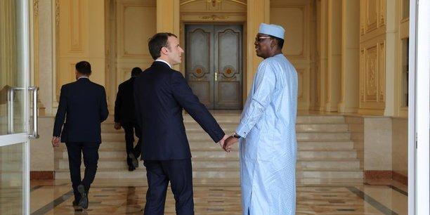 Après avoir plaidé pour la création d'une banque africaine dédiée aux femmes, Emmanuel Macron a retrouvé Idriss Déby Into au Palais de la présidence pour un entretien bilatéral suivi d'un déjeuner élargi aux délégations des deux pays.