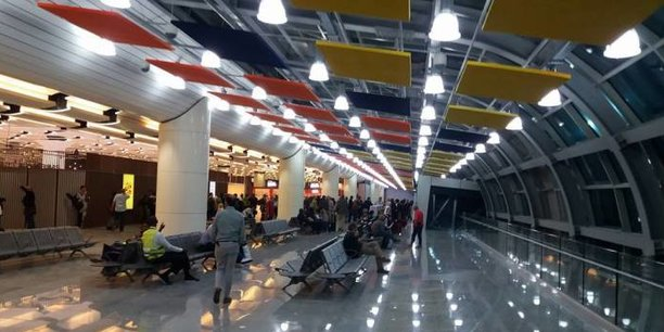 L'aéroport international Blaise-Diagne, le nouvel aéroport de Dakar, est situé à Diass à 47 kilomètres au sud-est de Dakar à proximité de la Petite-Côte.