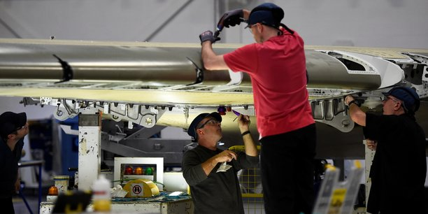 Dans l'usine de Bombardier de Belfast (Irlande du Nord, Royaume-Uni) des ouvriers travaillent sur une aile d'A220 (ex-C-Series avant la prise du contrôle de ce projet par Airbus en juillet 2018). L'activité industrielle britannique a connu en décembre sa plus forte croissance en six mois, dopée par la constitution de stocks à moins de trois mois de la sortie du Royaume-Uni de l'UE.