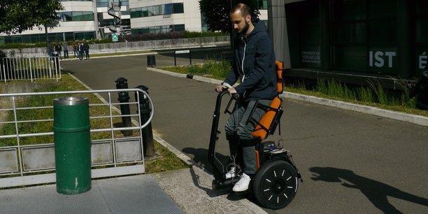 Conçu sur la base d'un véritable gyropode façon Segway, cet engin, plus léger qu'un fauteuil électrique classique et qui dispose d'une plus petite empreinte au sol, pourrait bien devenir un outil indispensable pour le quotidien des personnes à mobilité réduite.