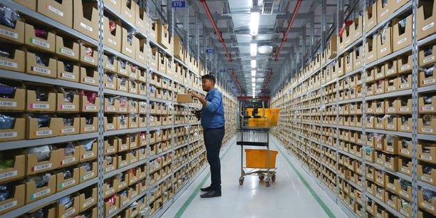 Un employé dans un entrepôt Amazon. Le géant américain du e-commerce a été épinglé, dans un reportage diffusé sur M6, pour sa politique de destruction de biens manufacturés neufs.