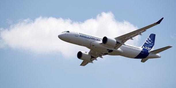 En six mois à peine, les commerciaux d'Airbus, qui ont désormais la responsabilité des ventes, ont gonflé d'un tiers le nombre de commandes de l'A220 (ex-C-Series), cet avion d'une capacité de 100 à 150 sièges, en parvenant à placer en fin d'année dernière 135 appareils auprès de trois compagnies américaines (JetBlue, Moxy -une low-cost en cours de création, et Delta).