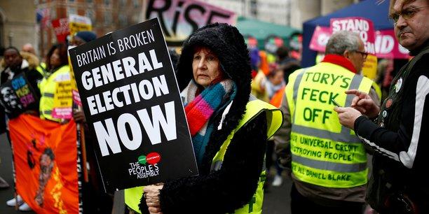 Samedi 12 janvier, à Londres, les manifestants anti-Brexit ont adopté le gilet jaune comme emblème de protestation à la manière des Français, copieusement agrémentés de slogans définitifs comme Les Tories sont foutus, ce qui ne les empêche pas de brandir aussi des pancartes pour demander la démission de May, ou la tenue d'élections générales anticipées.